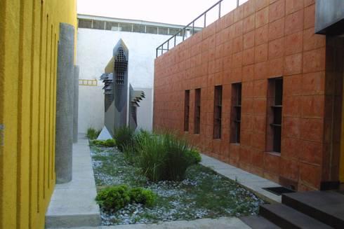COIMMSA/ Jardin interior: Edificios de Oficinas de estilo  por URBN