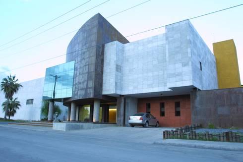 COIMMSA/Fachada principal: Edificios de Oficinas de estilo  por URBN