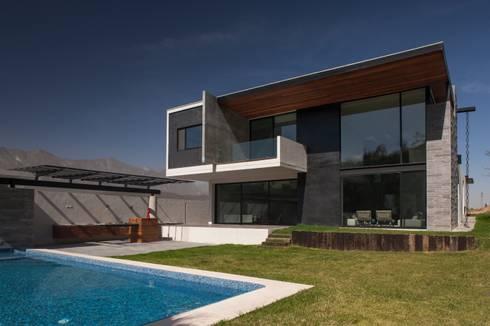 JT/Fachada posterior : Casas de estilo moderno por URBN