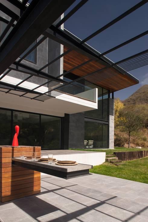 JT/Área de asador: Jardines de estilo moderno por URBN