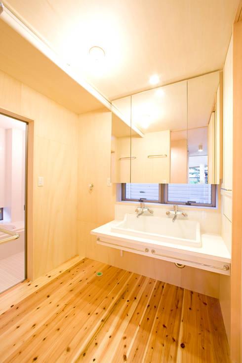 オリジナル洗面化粧台: 松下建築設計 一級建築士事務所/Matsushita Architectsが手掛けた洗面所&風呂&トイレです。