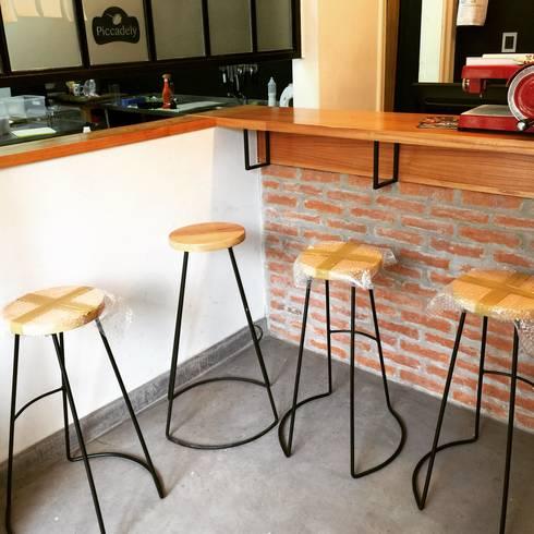 Trabajos a medida para clientes: Oficinas y locales comerciales de estilo  por Tabureto