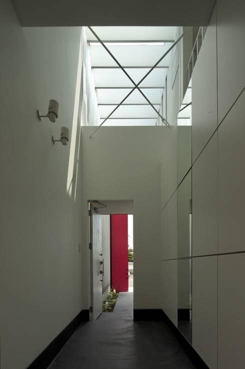 松原の黒い家: eu建築設計が手掛けた廊下 & 玄関です。
