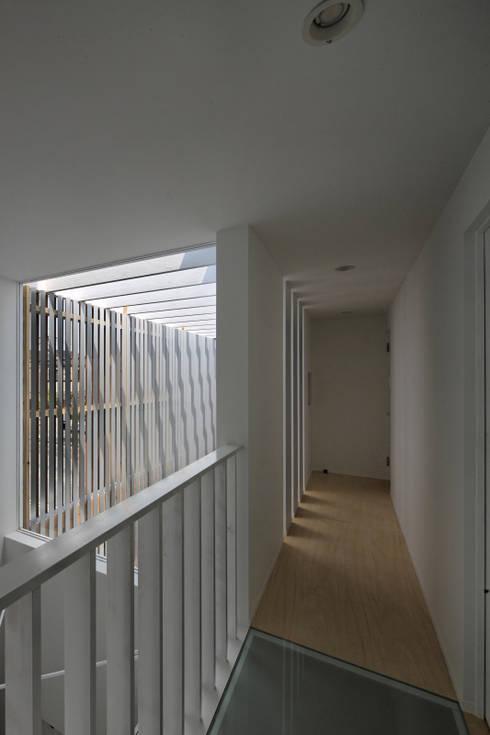 Corridor & hallway by eu建築設計