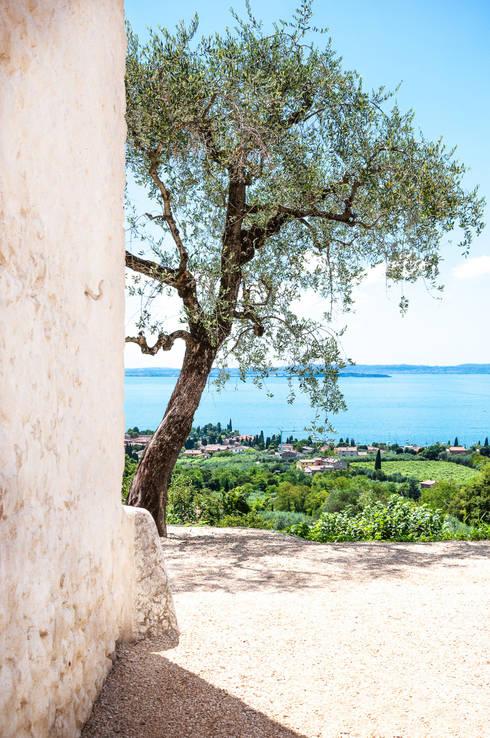 30 - Veduta del Lago di Garda dalla corte: Case in stile  di Studio Athesis