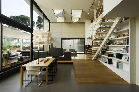 Casa D&E: Salones de estilo moderno de sanahuja&partners