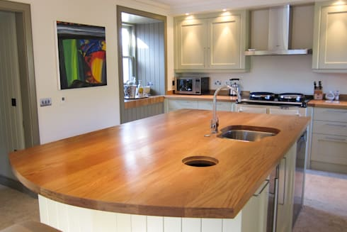 Traditional kitchen filled with the elegance of Oak: country Kitchen by NAKED Kitchens