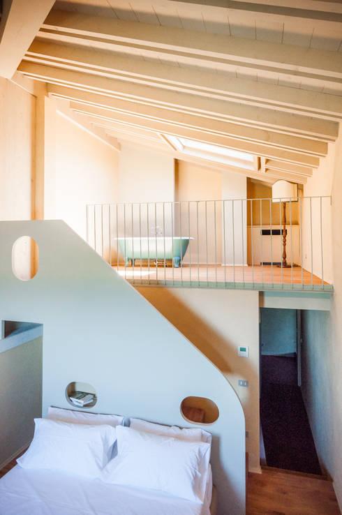 81 - Suite 6 - Soppalco/soggiorno con vasca: Soggiorno in stile in stile Minimalista di Studio Athesis