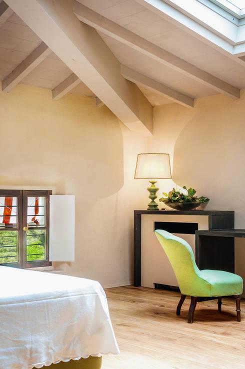 89 - Suite 8 - Stanza da letto: Camera da letto in stile in stile Minimalista di Studio Athesis