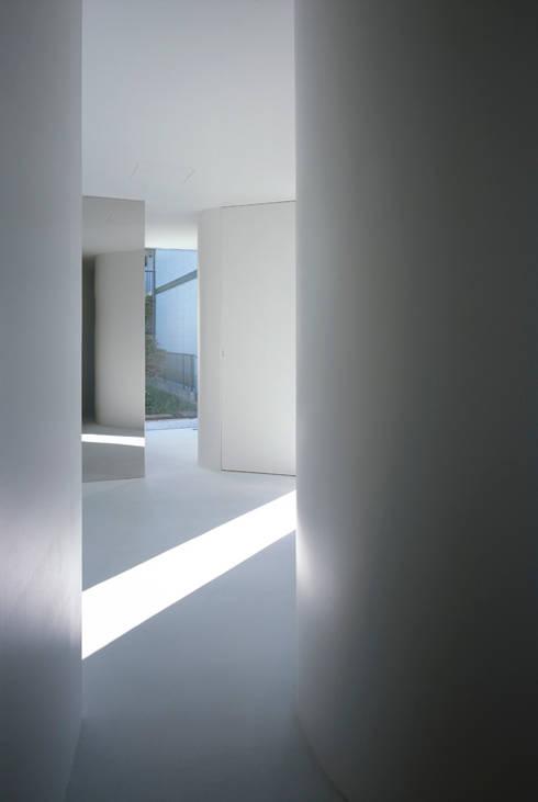 House in Komae:  Makoto Yamaguchi Designが手掛けた廊下 & 玄関です。