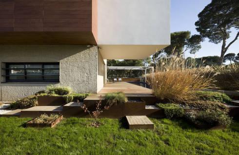 Casa D&E: Jardines de estilo moderno de sanahuja&partners