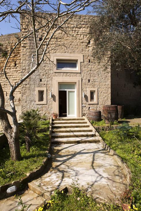 UN CELLAIO A POSILLIPO: Case in stile in stile Mediterraneo di Lo studio di Giuliana Morelli