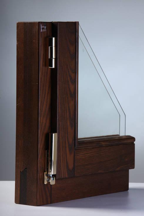 PRESTANTE 68 INFISSO in LEGNO LAMELLARE: Balcone, Veranda & Terrazzo in stile  di ANGER SRL