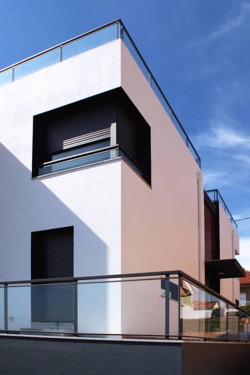 CASA L911: Casas modernas por Estúdio AMATAM