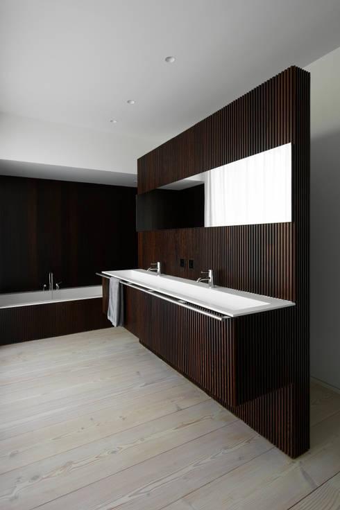 A HOUSE: Baños de estilo minimalista de Vaíllo & Irigaray