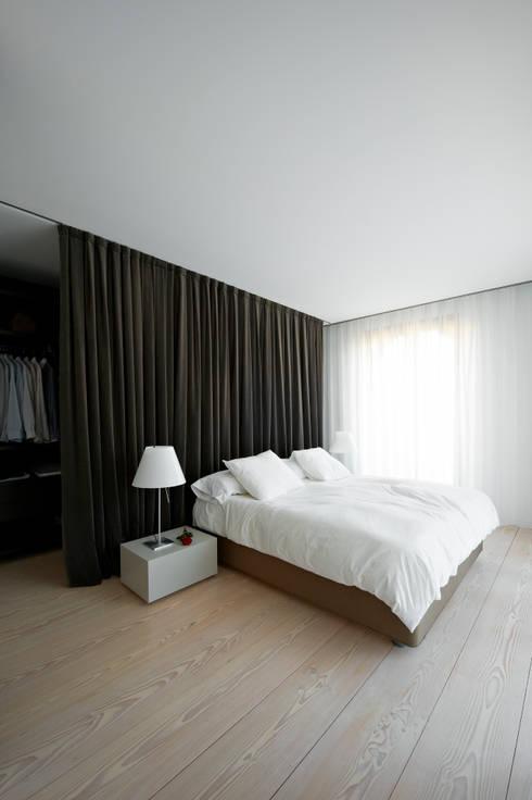 A HOUSE: Dormitorios de estilo minimalista de Vaíllo & Irigaray