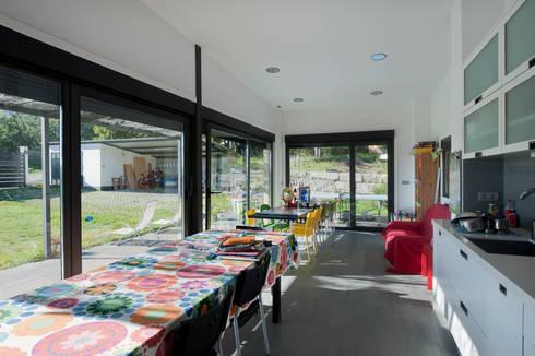 VIVIENDA UNIFAMILIAR EN MOREIRAS:  de estilo  de arquitectura SEN MÁIS