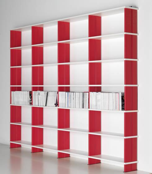 Libreria modulare NIKKA E13: Soggiorno in stile in stile Moderno di Piarotto.com -  Mobilie snc