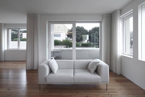Casa José Prata: Salas de estar modernas por Barbosa & Guimarães, Lda.