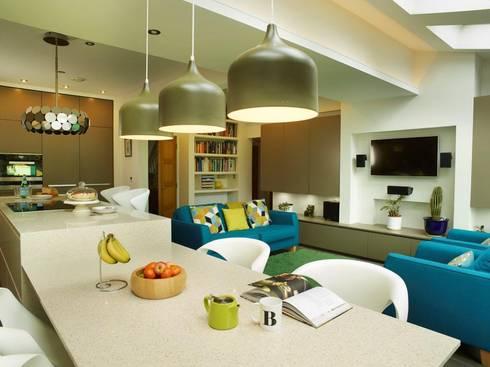 MR & MRS HARRISON'S KITCHEN: modern Kitchen by Diane Berry Kitchens