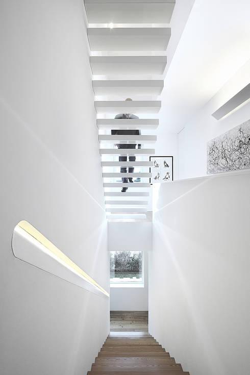 Projekty,  Korytarz, przedpokój zaprojektowane przez Barbosa & Guimarães, Lda.