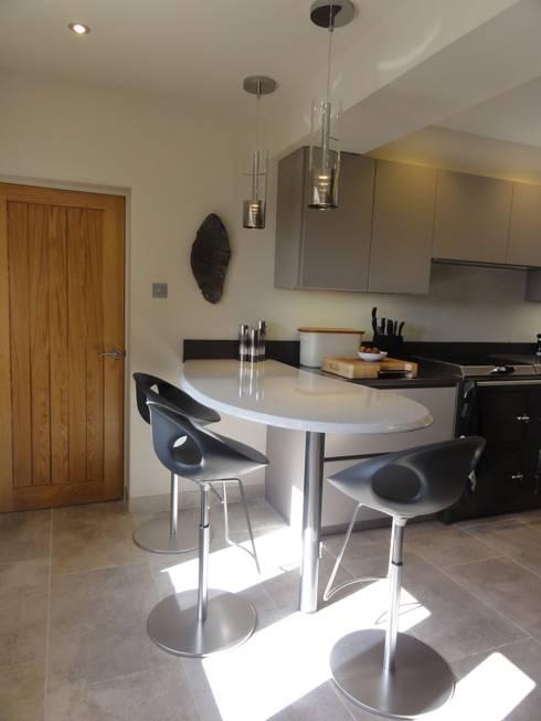 MR & MRS LEVER'S KITCHEN: modern Kitchen by Diane Berry Kitchens