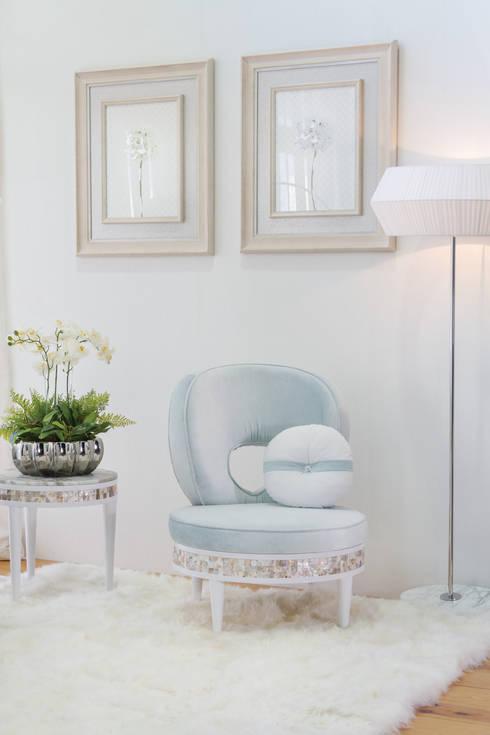 Soggiorno in stile in stile Coloniale di Green Apple Home Style