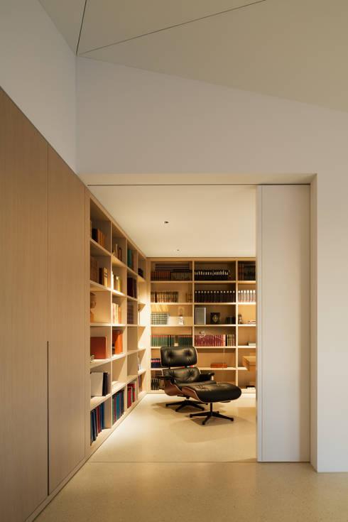 Penthouse Studio : moderne Arbeitszimmer von Hürlemann AG