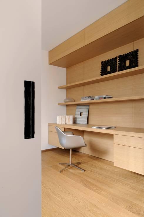 studio: Studio in stile in stile Moderno di ANG42