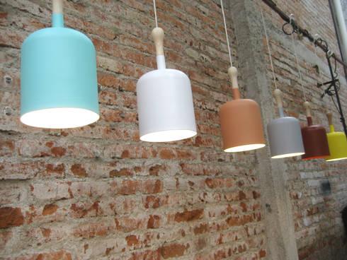 Tool Lamp: Recámaras de estilo moderno por Natural Urbano
