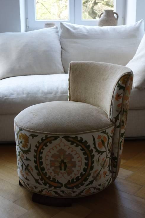 Bezugsarbeit Sessel: moderne Wohnzimmer von Strigo GmbH