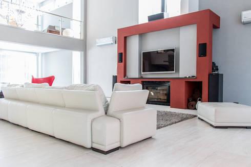 Metamorfosis arquitectònica: viejo espacio/nuevo uso: Salas multimedia de estilo moderno por LEBEL