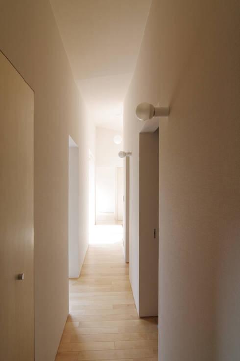 稜線の家: ウタグチシホ建築アトリエ/Utaguchi Architectural Atelierが手掛けた廊下 & 玄関です。
