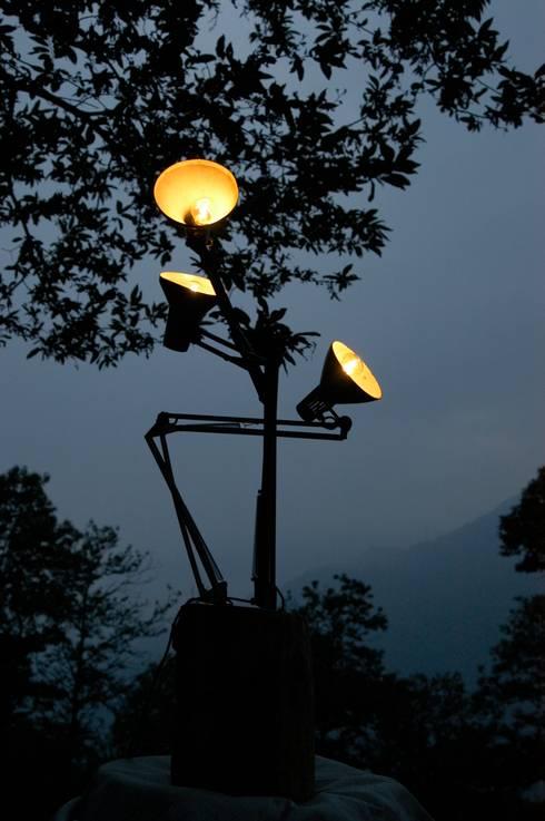 Tree arms - lampada albero: Soggiorno in stile in stile Eclettico di Design art
