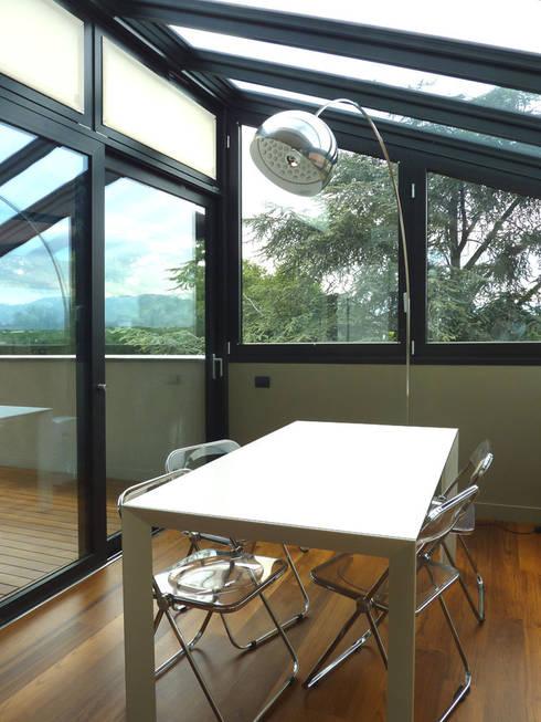 Ristrutturazione di mansarda con terrazzo e veranda:  in stile  di Studio Restagno