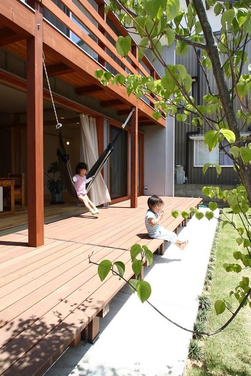 屋外デッキ: 伊藤瑞貴建築設計事務所が手掛けた庭です。