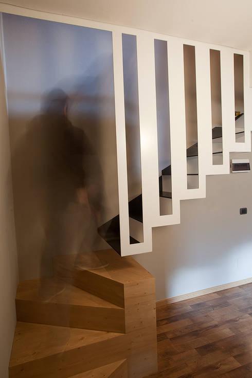 Corredor, hall e escadas  por BEARprogetti - Architetto Enrico Bellotti