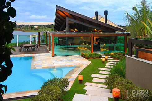 Em meio à Natureza: Casas rústicas por Izabela Kassar Moretzsohn Arquitetura