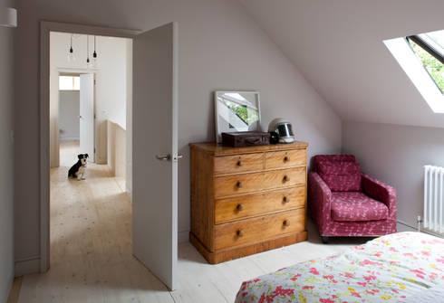 Long Crendon: scandinavian Bedroom by MailenDesign