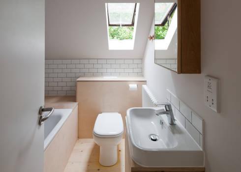 Long Crendon: scandinavian Bathroom by MailenDesign