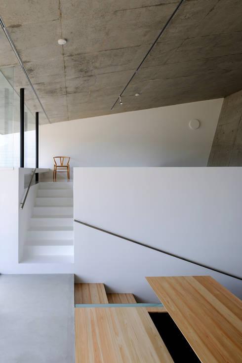 Beach House i: 山森隆司建築設計事務所 / Yamamori Architect & Associatesが手掛けた廊下 & 玄関です。