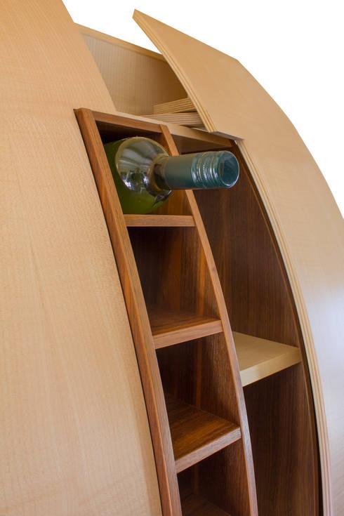 Boegi - Das elegante Weinregal: moderne Wohnzimmer von yourelement