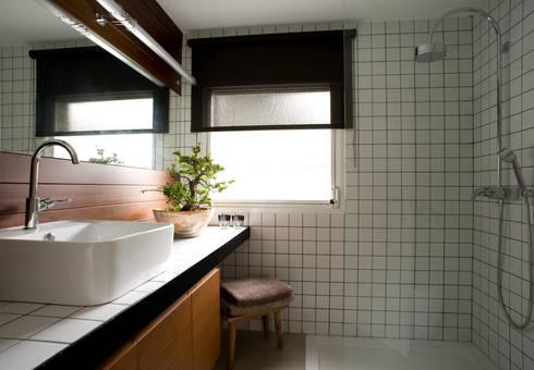 A74. CASA. : Baños de estilo clásico de BONBA studio