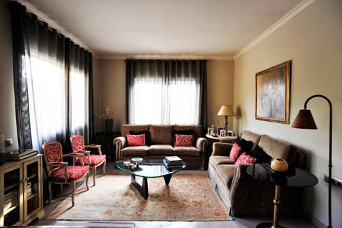 A74. CASA. : Salones de estilo clásico de BONBA studio