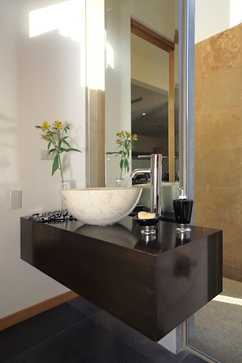 Bathroom by Arq. Bernardo Hinojosa
