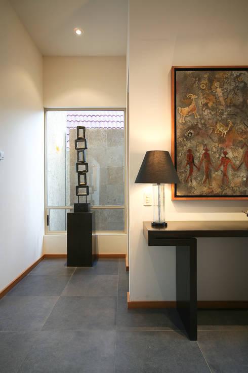 Corredores e halls de entrada  por Arq. Bernardo Hinojosa