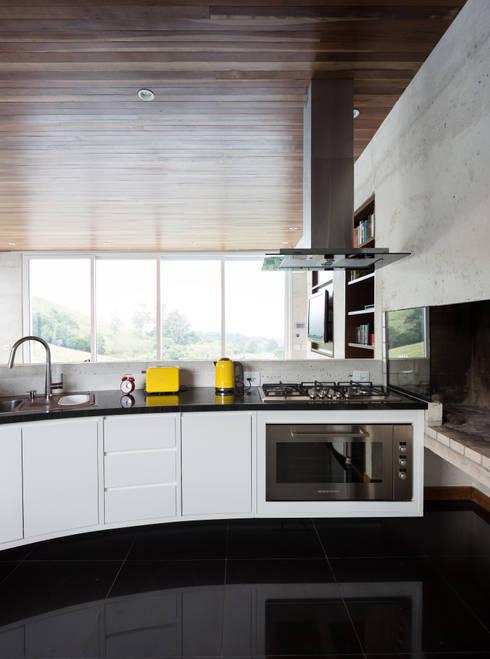 Casa HLM: Cozinhas modernas por Boa Arquitetura