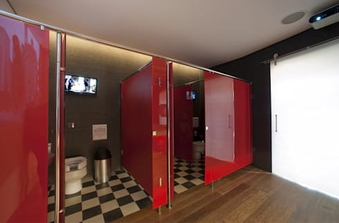 Banheiro Masculino – Casa Cor 2010: Banheiros  por Rozânia Nicolau Arquitetura & Design de Interiores