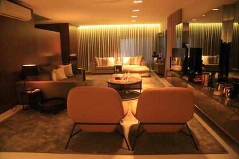 casa HK17: Sala de estar  por OGO ARQUITECTOS
