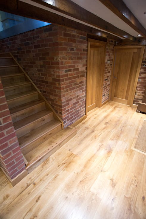 Entrance Hall in the barn: country Living room by Fine Oak Flooring Ltd.